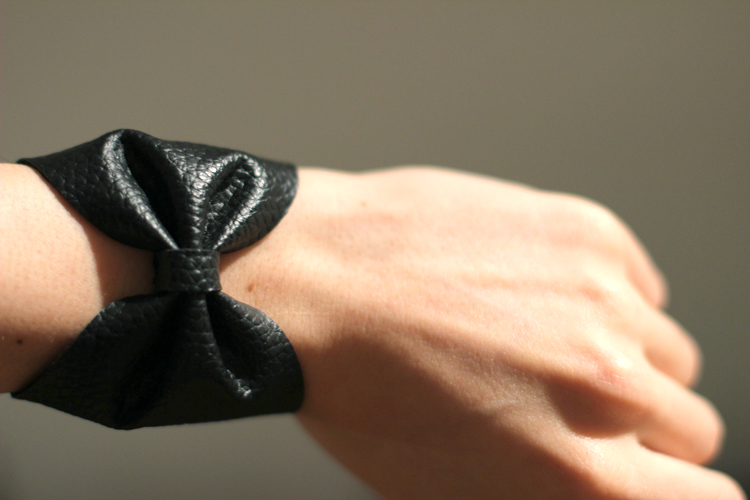 bow_bracelet_close_up