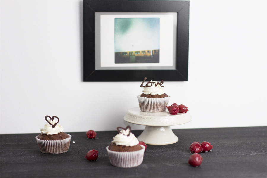 cherry chocolate cupcake recipe look what i made. Black Bedroom Furniture Sets. Home Design Ideas