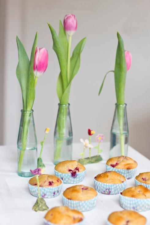 yoghurt-raspberry-muffins-with-tulips