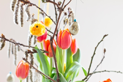 easter-table-chick-tulips-eggs