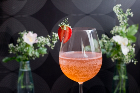 strawberry-balm-prosecco-cocktail
